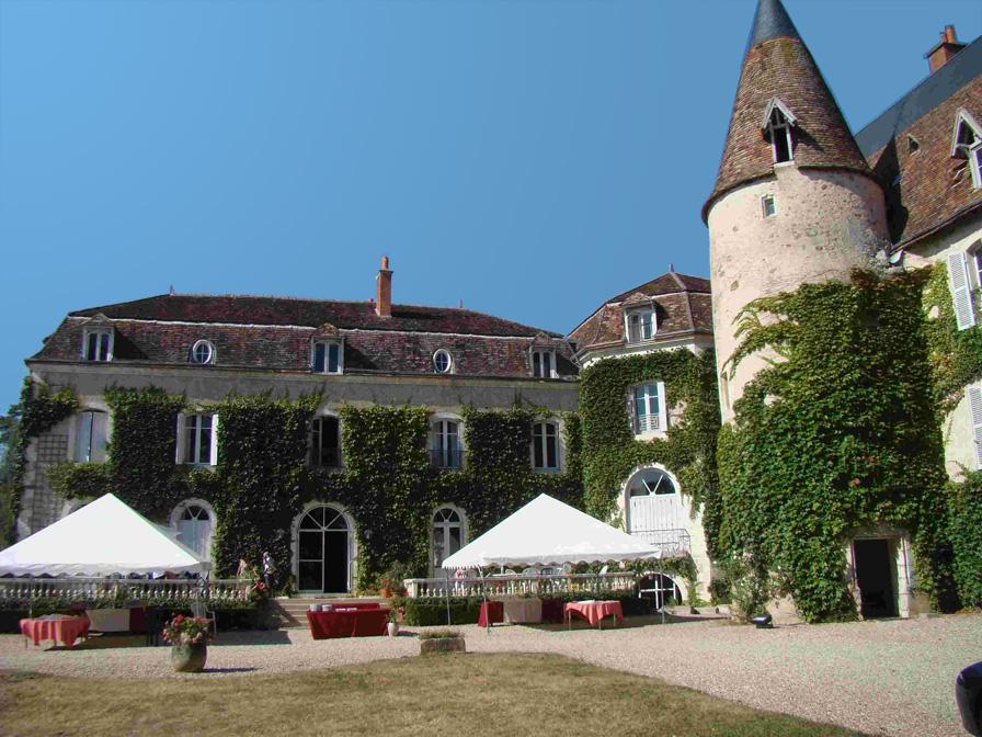 Chateau-Le-Plessis-36330-Velles-exterieur-amenage-pour-une-reception
