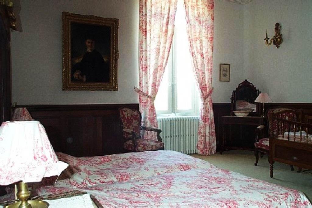 Chateau-Le-Plessis-36330-Velles-interieur-chambre-1