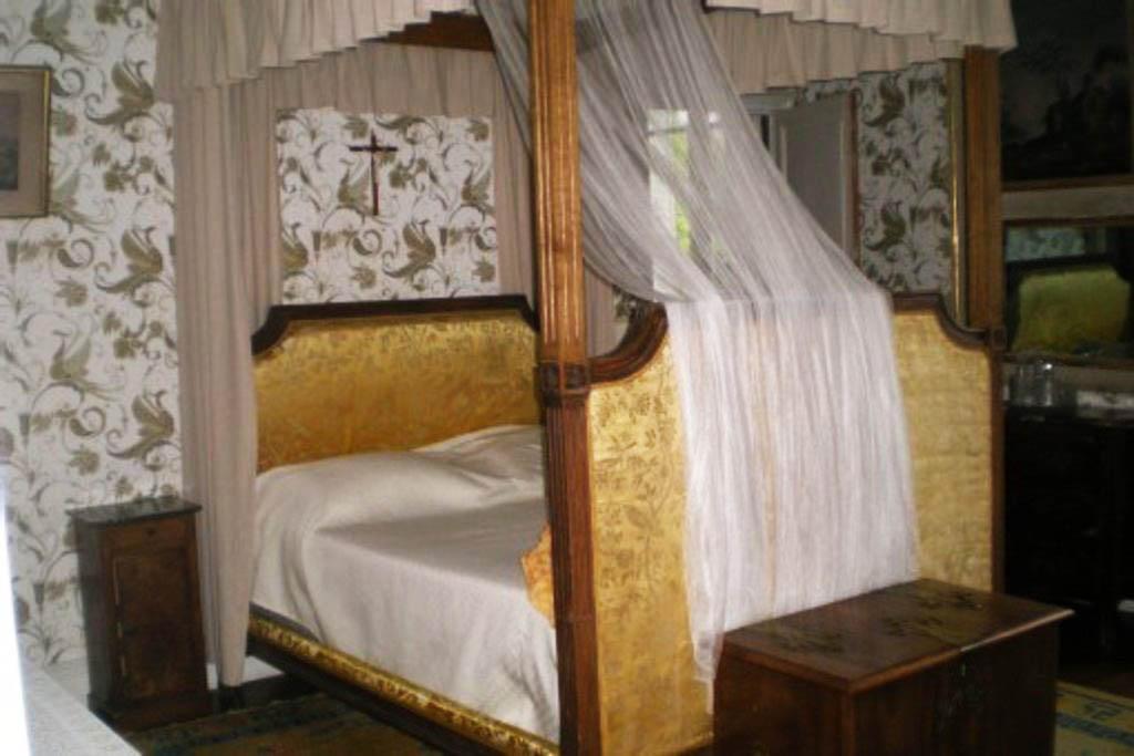Chateau-Le-Plessis-36330-Velles-interieur-chambre-2