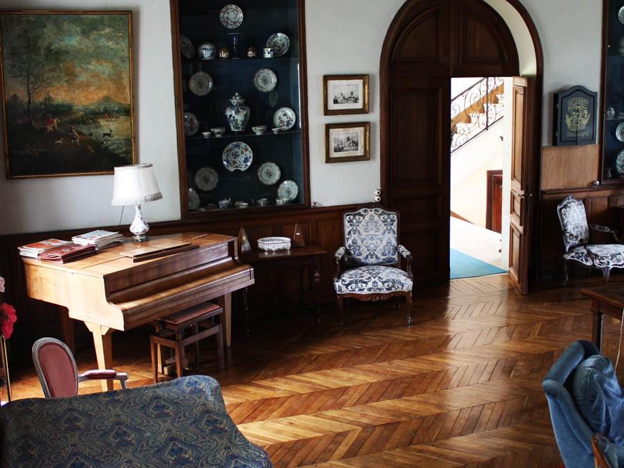 Chateau-Le-Plessis-36330-Velles-interieur-salon-piano
