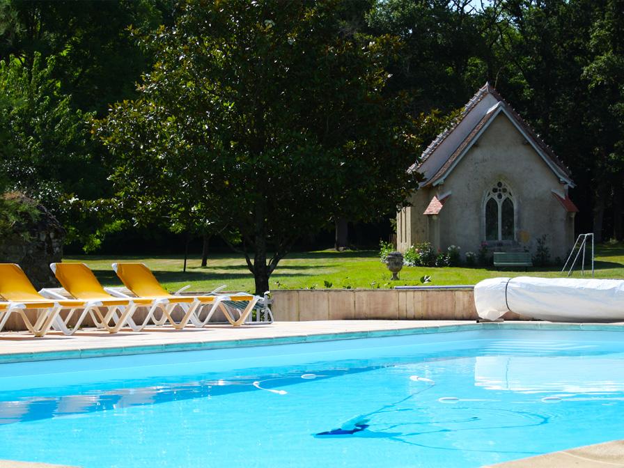Chateau-Le-Plessis-36330-Velles-la-chapelle-vue-de-la-piscine-du-domaine