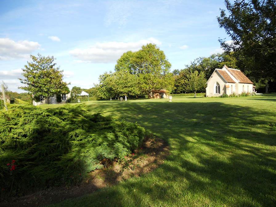 Chateau-Le-Plessis-36330-Velles-parc-du-domaine-avec-chapelle